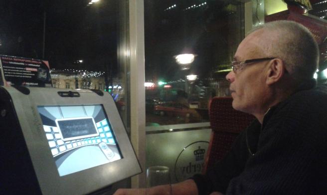 Vid ett av borden finns en maskin med olika spel. Plötsligt fick vi för oss att spela Trivial Pursuit.