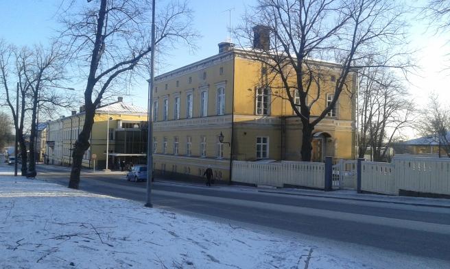 Nu har jag sneddat över kyrkans parkering och framför mig finns gamla tingsrätten. För ännu längre sedan fanns här ett apotek. Glasburen är en del av Aktia-banken.