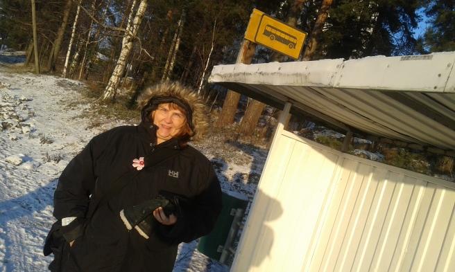 Minus femton grader ute i dag. Vi tar lokalbussen Valkom-Lovisa in till stan.