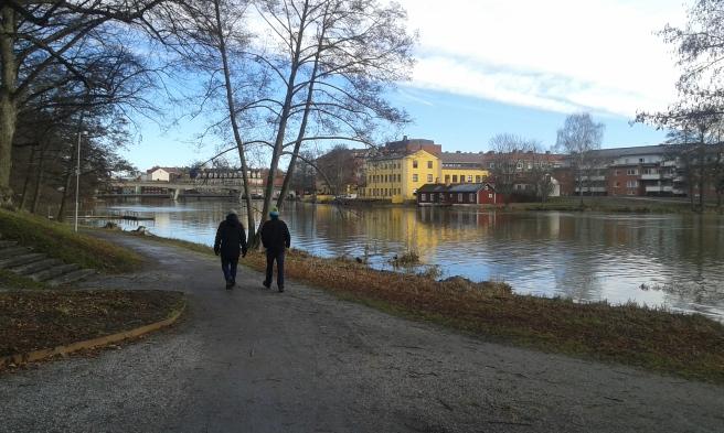 På väg in mot affärerna i city promenerar vi längs Eskilstuna å.