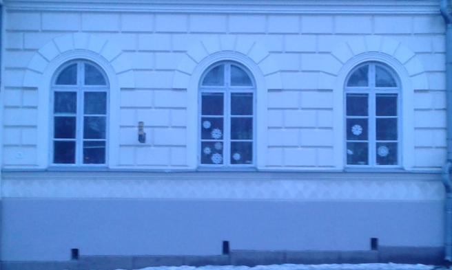 Det var skymning då jag tog bilden på de här fönstren den 13 februari.
