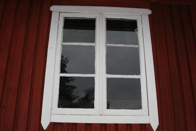 Fönstret till den så kallade iskällaren på släktens sommarställe.