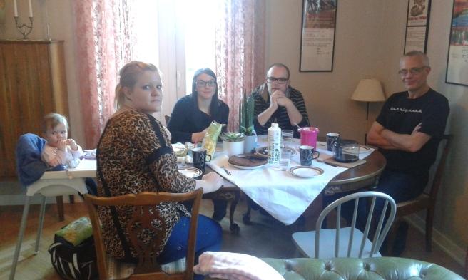 Måndagseftermiddag. Fikarast med lilla Elise, hennes mamma Jenny, Jeanette, Christian och Benny.