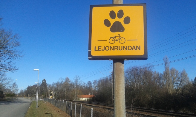 På en promenad i Eskilstuna hittade jag den här skylten. Passar ju bra för ett finskt lejon :-)