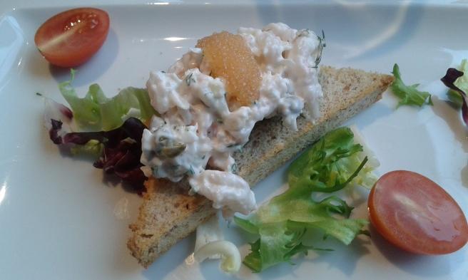 Då vi kommit från Lovisa till Helsingfors var vi ute i god tid. Vi åt en lätt lunch på restaurang Kaarna. Jag valde skagenröra, SÅ gott!