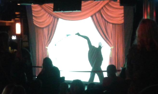 Showen i nattklubben var bra, skuggteater till olika kända låtar - bland dem Adeles Skyfall från senaste Bond.