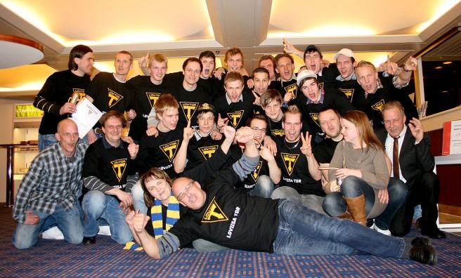 Så här såg det ut då vi hade gått upp till ligan våren 2010. Spelare och lagledare på kryssning. Och där på golvet ligger också JAG :-D