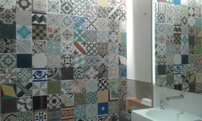 Förnyade Täby Centrum bjuder på gratis toaletter. Och inte nog med det, miljön är fin. Så här väggarna ut i en av toaletterna.