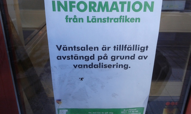 """Väntsalen i Eskilstunas busstation var stängd. Eftersom jag själv kommer från Finland vågar jag skämta och fråga """"nå finnar som varit i farten här"""" :-)"""