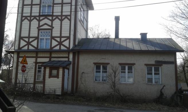 Här har förr funnits en brännvinsfabrik. I dag bor här en konstnär.