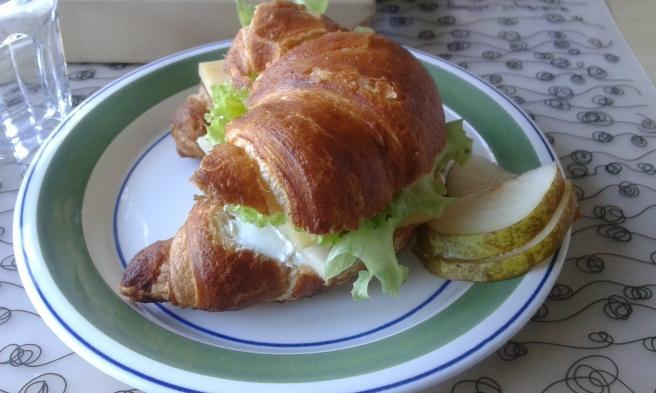 Maken fixade till rustika croissanter då min syster kom för att träffa Jenny och Elise.
