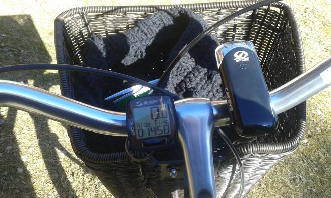 Mätaren på cykeln visar hur lång tid jag cyklat. Den visar också hastighet, vad klockan är och hur många kilometrar jag tillryggalagt. Lampan är ny men cykelkorgen hörde till då jag köpte Saga.