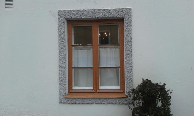 Det här är ett av företaget Herbatiks fönster i Lovisa. Här säljs bland annat hälsokost. Skyltfönstren vetter förstås mot gatan, men det här mot gården är extra fint.