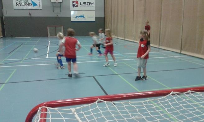 Vem vet om Elise spelar fotboll om sju år. Den här bilden tog jag då jag var på jobb i dag. En fotbollsturnering för barn i lågstadiet arrangerades i idrottshallen.