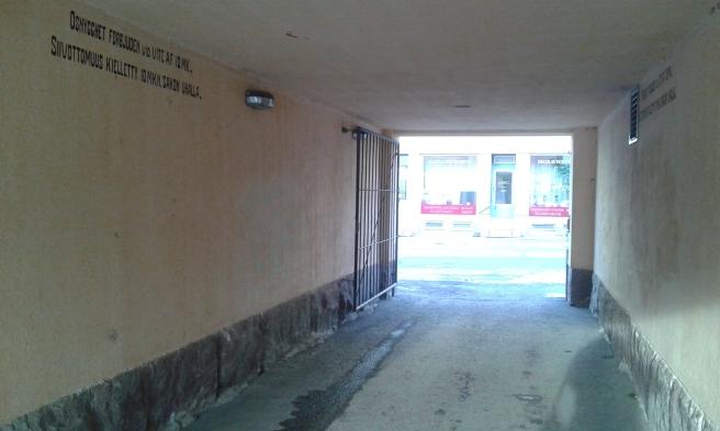 Så här ser portens öppning ut mot Drottninggatan. En del av texten på väggen syns uppe till vänster.