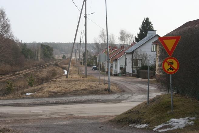 I Lovisa har vi vägar med olika länders namn. Den här som löper längs järnvägen heter Spanienvägen. Sedan finns det Tysklandsvägen, Hollandsvägen, Franrikevägen och Danmarksvägen.