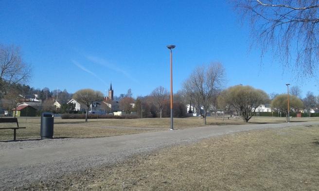 Strandparken ligger mellan Strandvägen och Lovisaviken.