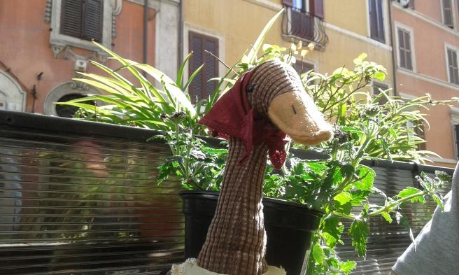Men på långfredagen var vädret så här fint. Vi åt ute på Il Picino vid Via Capo Le Case och på bordet fanns en trevlig påskprydnad.