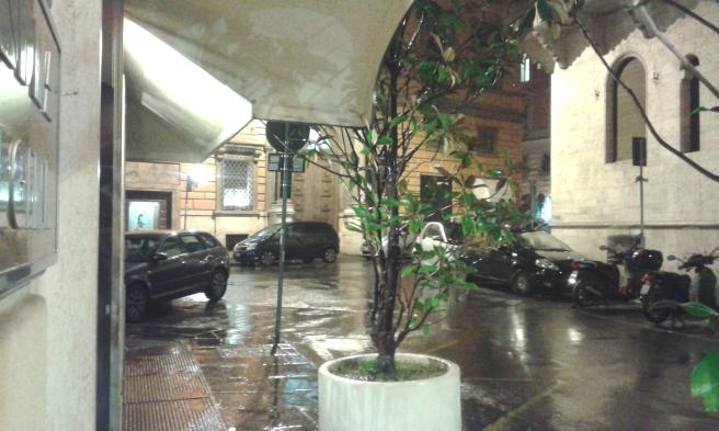 Sent på lördag kväll blev det åska och regn. Då såg det ut så här utanför hotellet.