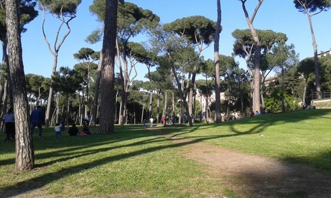Villa Borghese, en av flera oaser i Rom. En stor park där folk joggar, sparkar boll, kastar frisbee, trampar runt med cyklar som har tak och plats för flera personer, eller så strövar man bara runt, kanske chillar med ett glas vin i gröngräset.