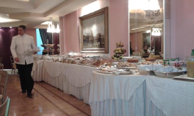 Frukosten var upplagd vid ett tio meter långt bord.