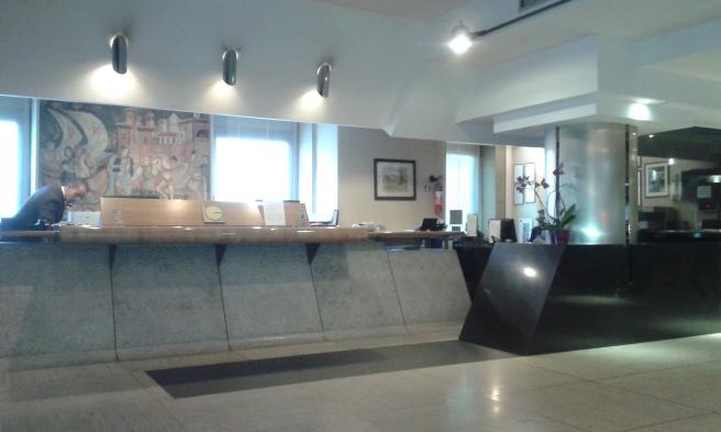 Vänlig och smidig service i receptionen. En piccolo som bar upp väskorna och som öppnade dörren då man kom och gick. Första dagen fick vi en karta och snabbt ritade en av männen i receptionen upp var vi befann oss och var de närmaste sevärdheterna fanns (Spanska trappan och Fontana di Trevi).