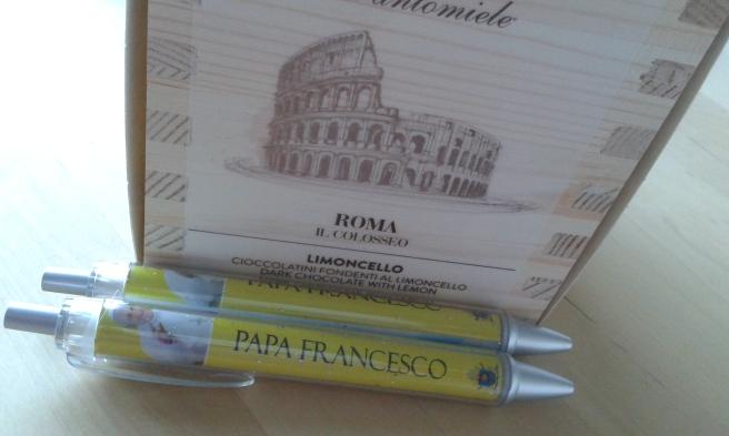 Köpte också två påvepennor och en chokladlåda i trä med Colloseum-motiv.