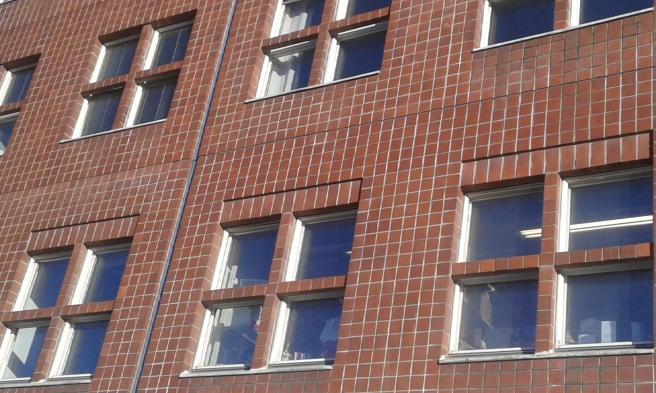 3. En fasad från Östra Centrum, intill köpcentren.