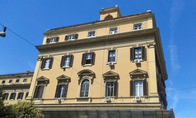 Den andra fasaden som jag fotograferade vid en tvärgata till Via Goito, som i sin tur blev en av favoritgatorna nära vårt hotell i Rom.