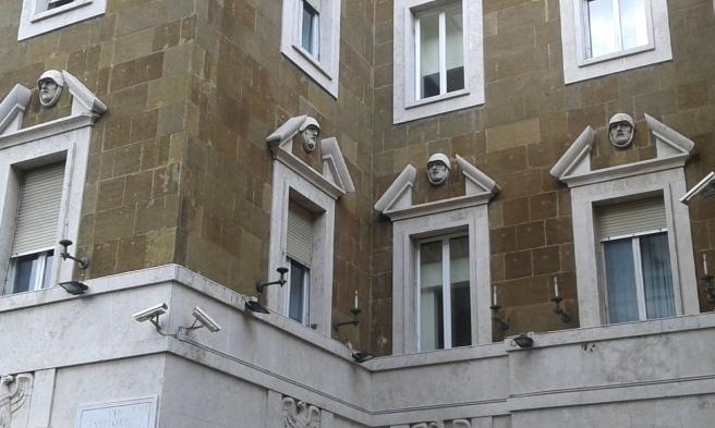Vackra fönster på en byggnad i Rom.