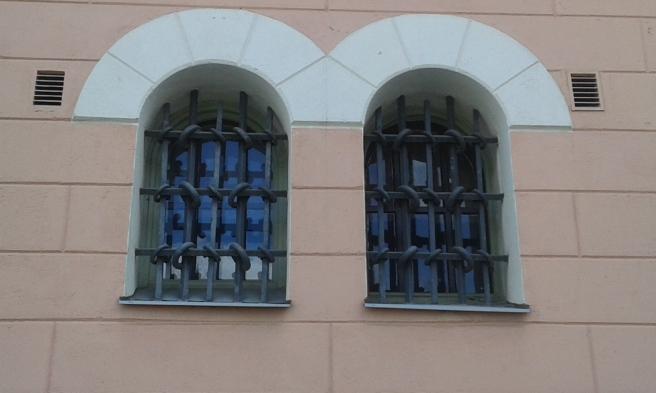 Här fanns förr små finkor hos polisen, i dag är huset stadens rådhus.