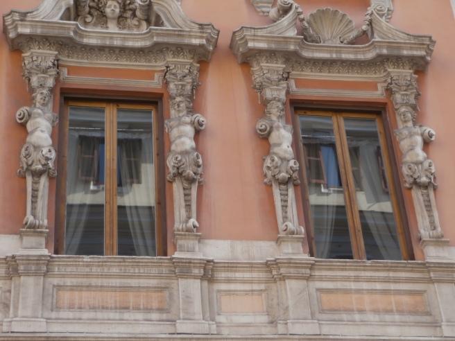 Fasaden ser faktiskt lite smutsig ut. Det såg jag inte då jag tog bilden.