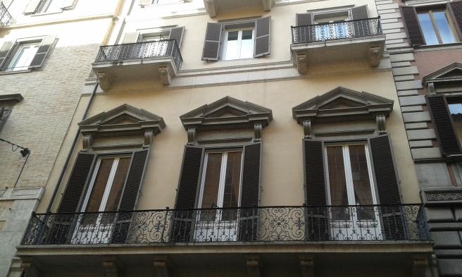 Det blev ju lite så att jag fotograferade åt höger och vänster så fort jag såg något jag tyckte var speciellt och vackert. De här höga fönstren och den snidade balkongen är riktigt fina tycker jag.