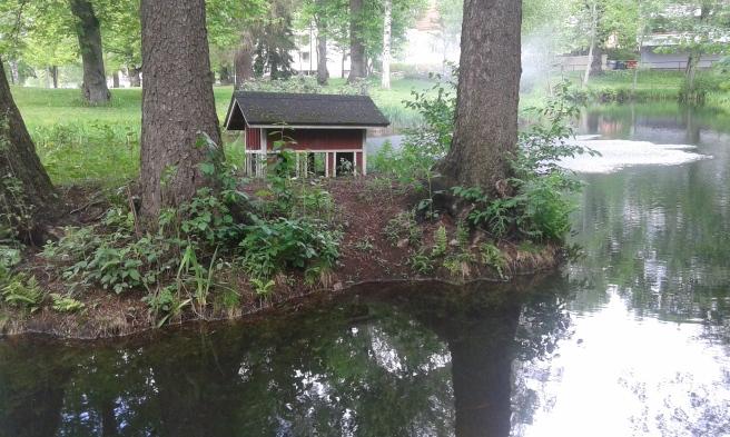 I parken fanns förr änder och om de ville kunde de söka skydd i det här lilla fågelhuset som finns på en ö i dammen.