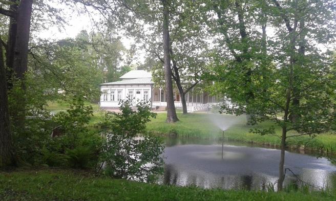 I Kapellparken finns en damm som snyggats upp och en fontän. I bakgrunden sommarrestaurang Kapellet som äntligen återfått sin forntida glans.