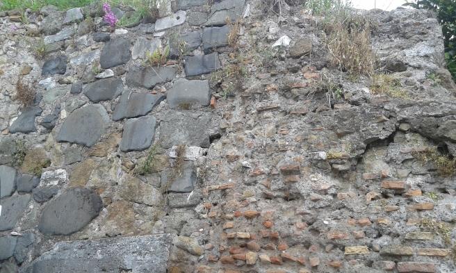 En mur vid en liten väg mellan Colosseum och Aero di Tito.