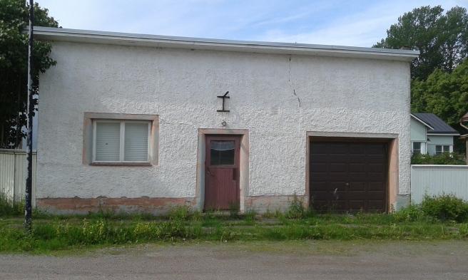 Granne med gymnasiet. Antagligen bara ett garage och/eller ett förråd i dag. Men jag tycker det lilla huset ser mysigt ut.