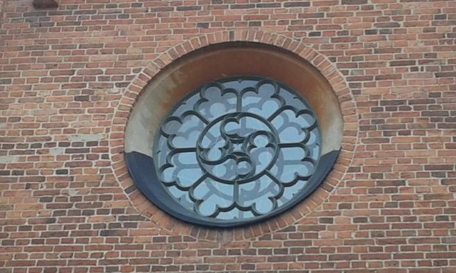 Ett av många fönster i olika storlekar i Lovisa kyrka.