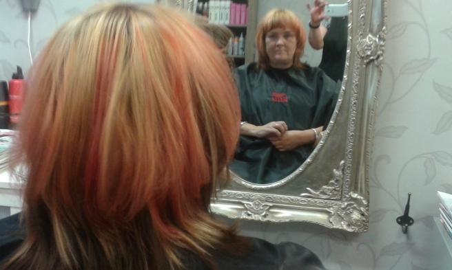 Lite väl rött blev håret kanske men efter några tvättar har de starka tonerna försvunnit.