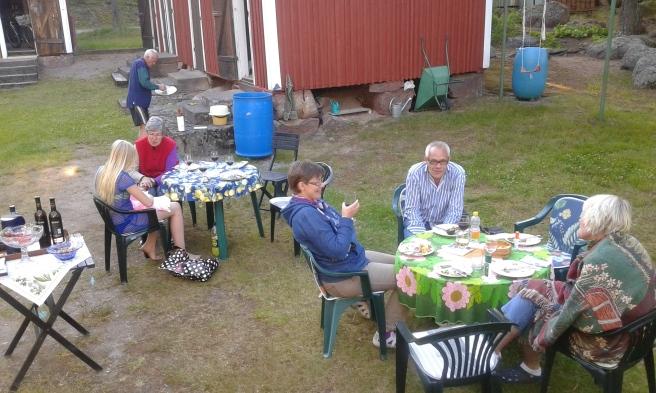 Alla har ätit. Snart samlas vi runt bordet med gröna duken för att dricka kaffe med likör, gissa gåtor och sjunga.
