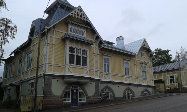 Gamla trähus finns det gott om i Lovisa, ofta ligger de mitt bland modernare, inte lika vacker arkitektur.