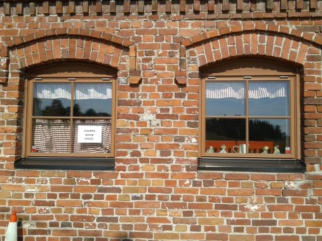Två av gårdsbutikens fönster.