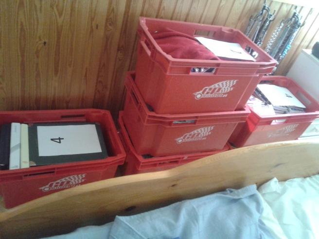De här lådorna är klara för flytten.