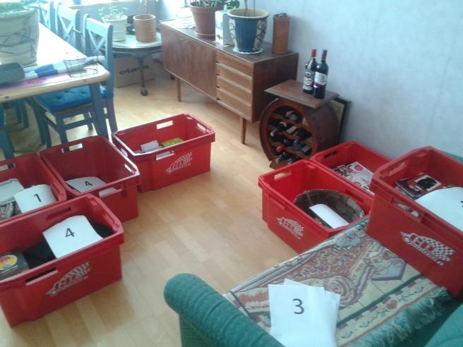 Här har vi lådor som håller på att fyllas.
