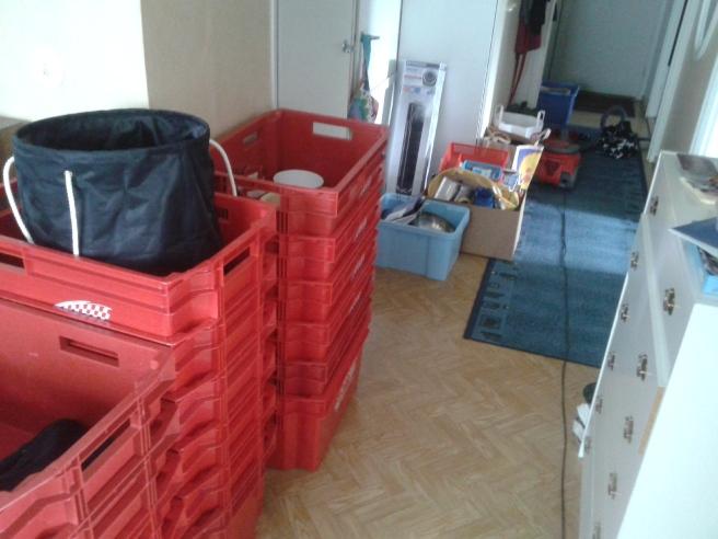 Här finns ännu många tomma lådor och i bakgrunden saker jag inte vet vad jag ska göra med och sådant som ska sorteras eller slängas.