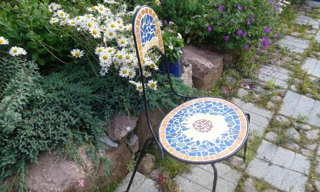 I trädgården finns många olika slags blickfång, den här stolen är ett.