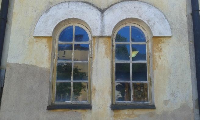 Tror att huset är från 1700-talet eller ännu äldre. Det ligger vid Alexandersgatan och fönstren sitter på en mindre byggnad på gamla apotekets gård.