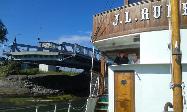 En klaffbro som viker undan så att J.L. Runeberg kan passera Hästnässund.