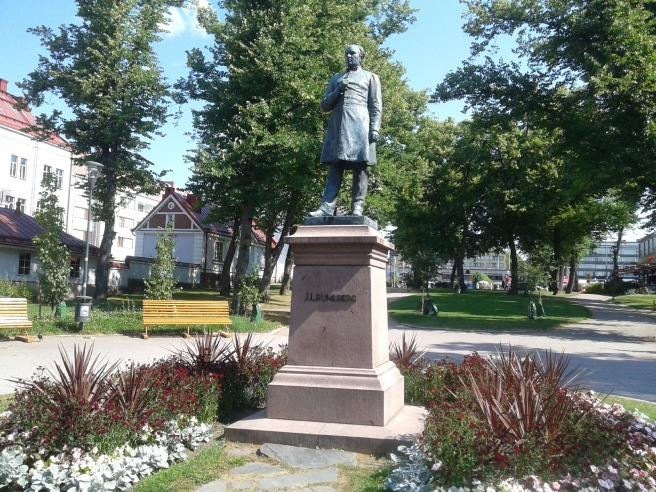 Nationalskalden J.L. Runeberg har gett namn åt parken.
