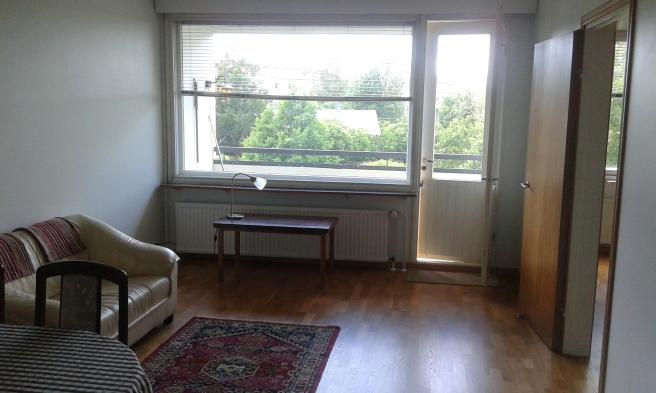 Här kommer ett matsalsbord, sex stolar, en soffa och en tv och that´s it.